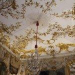Потолок расписан сусальным золотом