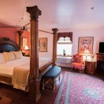 Bach - large, light corner room with king four-poster bed and large Jacuzzi tub