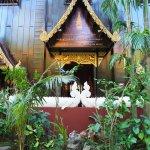 Foto de Wat Phra Kaeo (Temple of the Emerald Buddha)