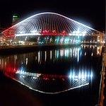 El puente, iluminado en la Noche Blanca de Bilbao.