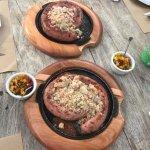 Porção de linguiça artesanal com farofa de bacon e molho salsa criola