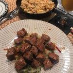 La carne y el arroz hechos en la plancha estaban exquisitos