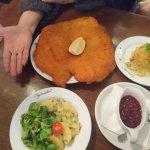 Schnitzel, ensalada de patata (abajo), patatas asadas (derecha) y mermelada de arándanos