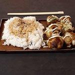Takoyaki au Poulpe, riz et sauce soja salé.