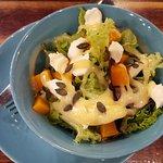 Зеленый салат с тыквой и сливочным сыром