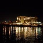 Hotel bei Nacht von der Promenade