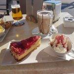 Bier mit Snacks und Latte mit Kuchen