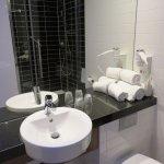Bathroom - Holiday Inn Express in Arnhem (30/Nov/17).