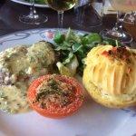 Tournedos de filet de bœuf, sauce béarnaise maison, accompagnés pomme de terre, et tomates salad