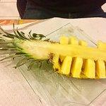 Bœuf satey, bœuf basilic thaï, riz cantonnais, ananas frais, beignets pomme, ananas et banane
