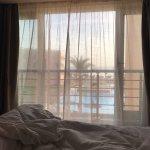 Schlafzimmer mit Blick zum Pool von Suite 3088