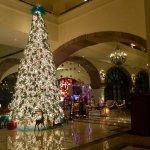 Recepción del hotel con decoración navideña