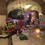 Decoración navideña en el lobby del hotel