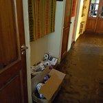 papeles higienicos tirados en lobby de hotel