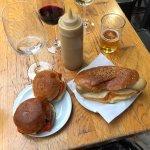 Hamburguesitas con queso rojo y Salchicha Blanca.