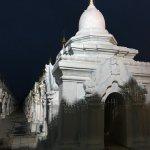 Foto di Kuthodaw Pagoda & the World's Largest Book