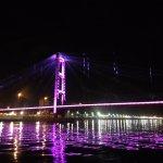 Il ponte é ancora più bello di notte. Consiglio di contattare una impresa per un giro notturno i