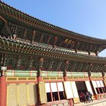 王の即位式・朝礼・外国使臣の接見などの重要行事が行なわれた建物で、韓流宮廷ドラマではおなじみの場所です。