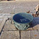 防火用水を貯める甕だそうですが、観光客がゴミ箱にしてしまうため、アクリル板の蓋がしてあります。慶州の仏国寺では、こういう甕はゴミ入れとして使われていましたけど