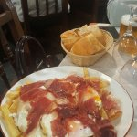 Plato de huevos rotos con jamon iberico