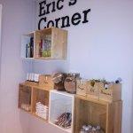 Estantería con objetos gratuitos a disposición del cliente: café, té, azúcar, libros...