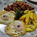 Picadillo de jabalí con huevos, patatas y pimientos.