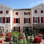 La façade et le jardin terrasses. Nous sommes accolés au centre historique de Réalmont.