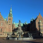Frederiksborg slot - fountain at front entrance.