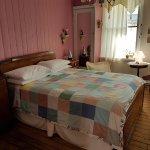 Chambre Rose à l'étage, salle de bain attenante et partagée