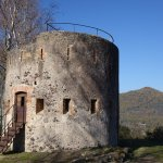 Una de las torres fortificadas, en la cumbre.