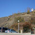 Colada de lava volcánica desde el aparcamiento. Arriba, la ermita de Sant Francesc.
