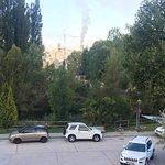Vistas desde la habitacion, el parking, el rio detrás y la empresa de áridos con su columna de h