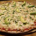 Exquisitas pizzas de masa delgada cocinadas a la piedra en el momento