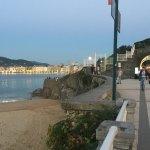 La entrada al palacio desde el paseo de Ondarreta, con la playa al fondo