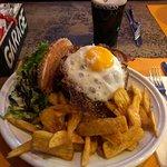 Mega Burger avec une pinte de Guinness