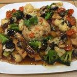 Salteado de tempeh con vegetales de la temporada y arroz integral a la jardinera