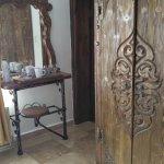 в номере стоит настоящая деревянная мебель ручной работы - это восхитительно и очень удобно