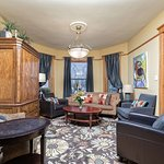Chicago Guest House on Lakewood Ave_Wrigley Suite_Living Room