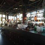 Die Bar, Ruhe vor dem Sturm