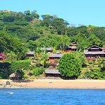 La plage de Manga Soa Lodge et ses bungalows