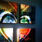 Галерея организует выставки картин современных художников с использованием технологии 3D Mapping