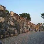 vista posterior de las murallas que protegen el fuerte