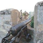 La fortificación está llena de cañones y es un buen contraste con la ciudad moderna