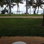 Vue de notre terrasse au RDC, la plage très accessible, est à 20m