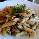pâtes aux tomates confites, parmesan et olives noires, plein de goût et de saveurs du sud
