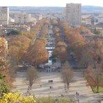 مشهد مطل على ٲحد شوارع المدينة من الحدائق