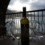 sorseggiando un buon calice di vino ascoltando il mare in burrasca