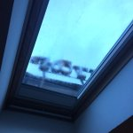 Una de las tres ventanas al tejado que dispone la buhardilla