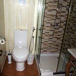 Salle d'eau et toilettes.