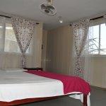 habitación triple, cama matrimonial 1,60 tipo queen, y otra sencilla, en el 1º piso frente 28 m.